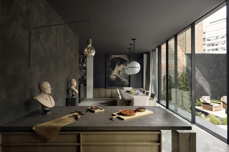 Dom v Bruseli s tmavým dizajnom interiéru