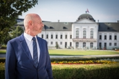 Hirsch pred prezidentským palácom