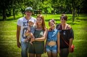 Prázdniny - Nový prírastok - malý Oskar so skutočnými rodičmi, Karolínkou Kubánkovou a jej mamou scenáristkou Kristínou Cibulkovou