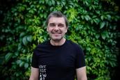 Peter Kočiš v čiernej komédii Hrobári