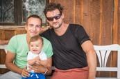 Prázdniny - Nový prírastok - malý Oskar so skutočným a seriálovým otcom