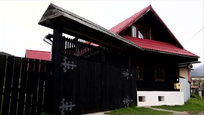 Mladá rodina žije v takmer storočnej drevenici