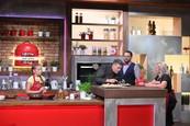 Martin Korbelič pomáha súťažiacim pri varení