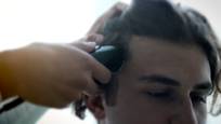 Simon Štubniak počas strihania vlasov