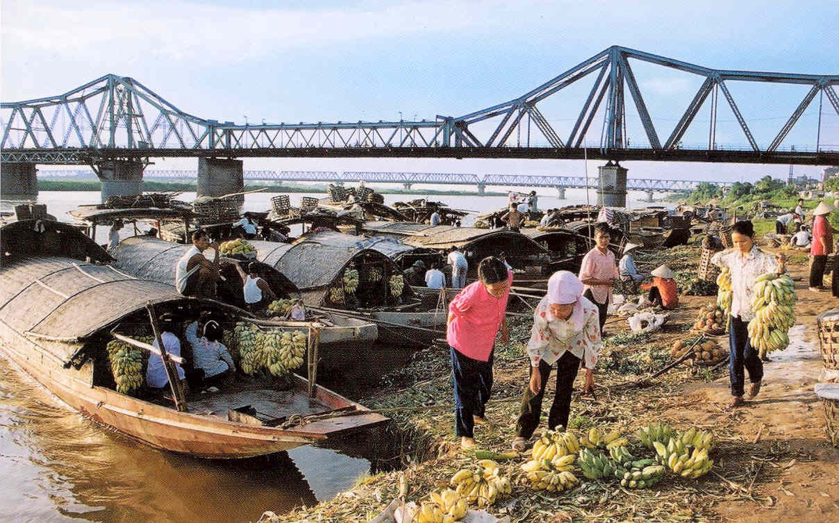 Most Long Bien s vodným trhom na pohľadnici
