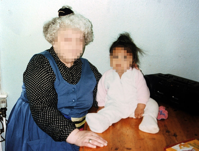 Claire (napravo) so svojou matkou ešte ako batoľa.