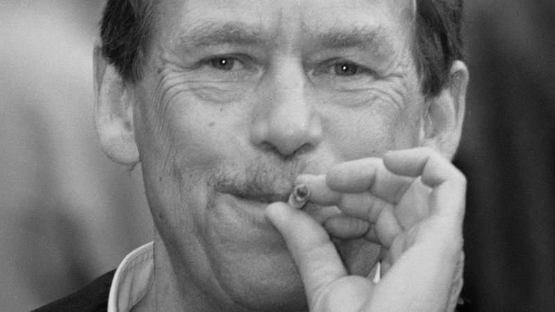 Václav Havel_cigareta v ústach_čiernobiela foto