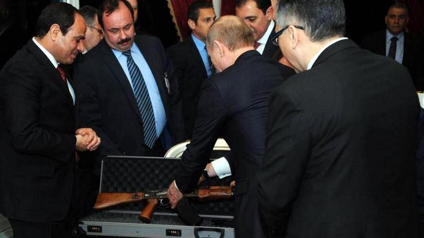 Putin priviezol ako dar kalašnikov,