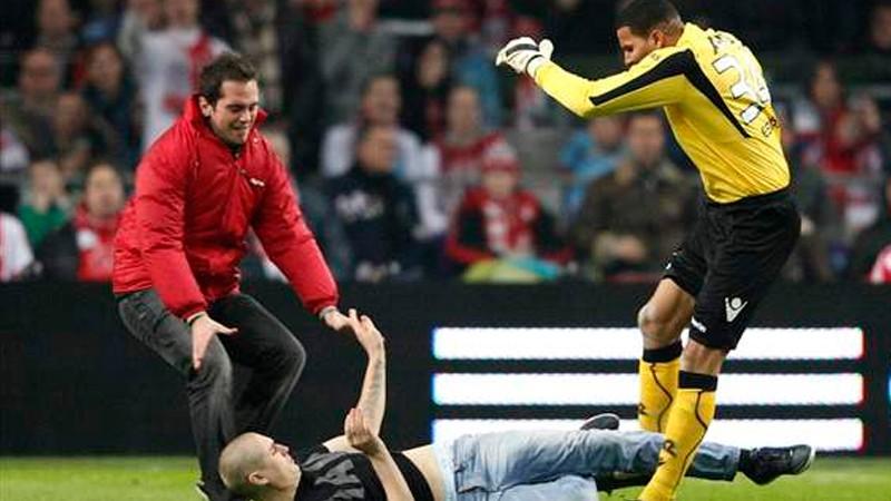 Brankár Alkmaaru nakopal agresívneho fanúšika Ajaxu