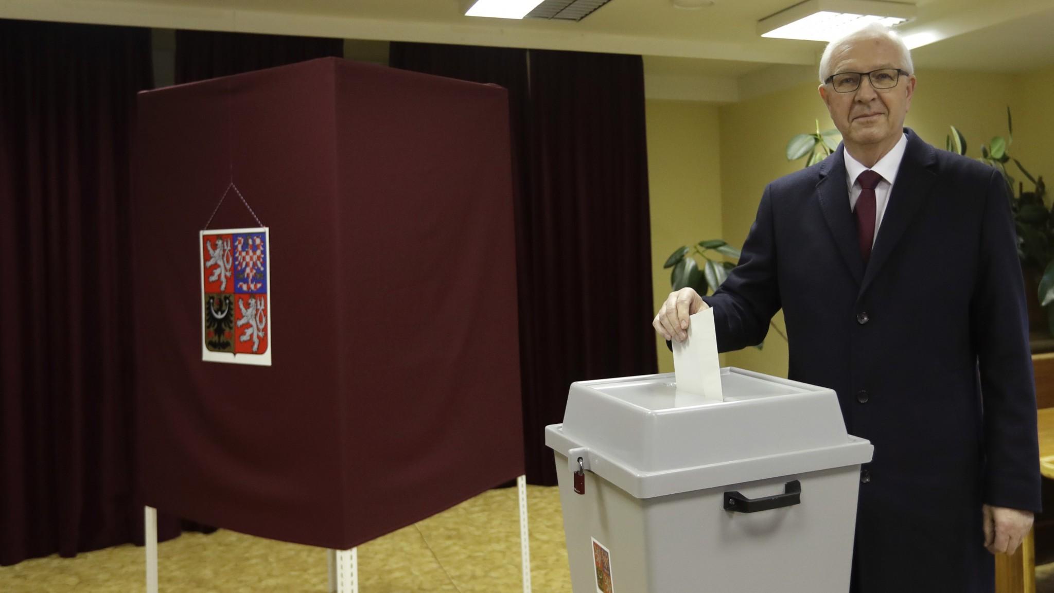 Kandidat na prezidenta CR Jiri Drahos pri volebnej urne