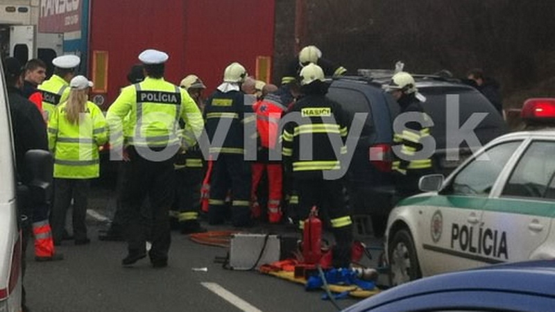 Vážna nehoda v Bratislave, auto vletelo pod kamión