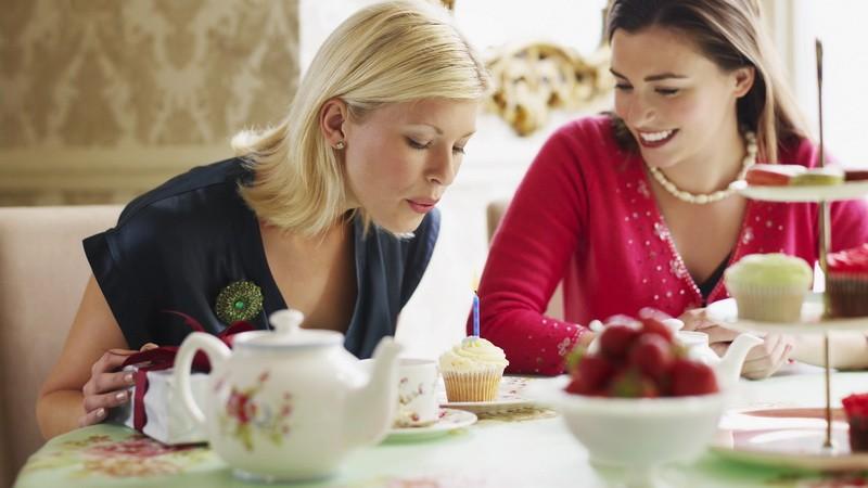 Dve krásne ženy pri čaji_blondínka a brunetka