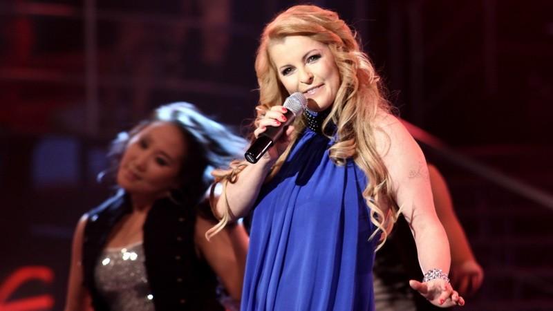 Speváčka Iveta Bartošová - spieva