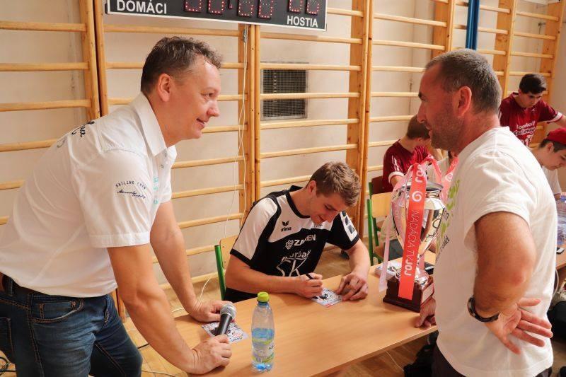 Autogramiáda Tomáša Regulyho na krajskom turnaji floorball SK LIGY vo Fiľakove