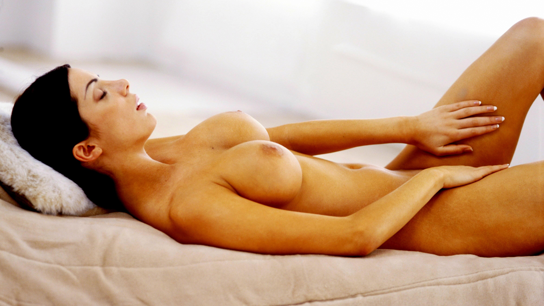 Žena masturbuje_leží na posteli a robí si dobre