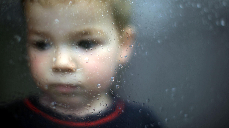 Chlapček_chlapec_pád_okno_upršané počasie_smutný výraz