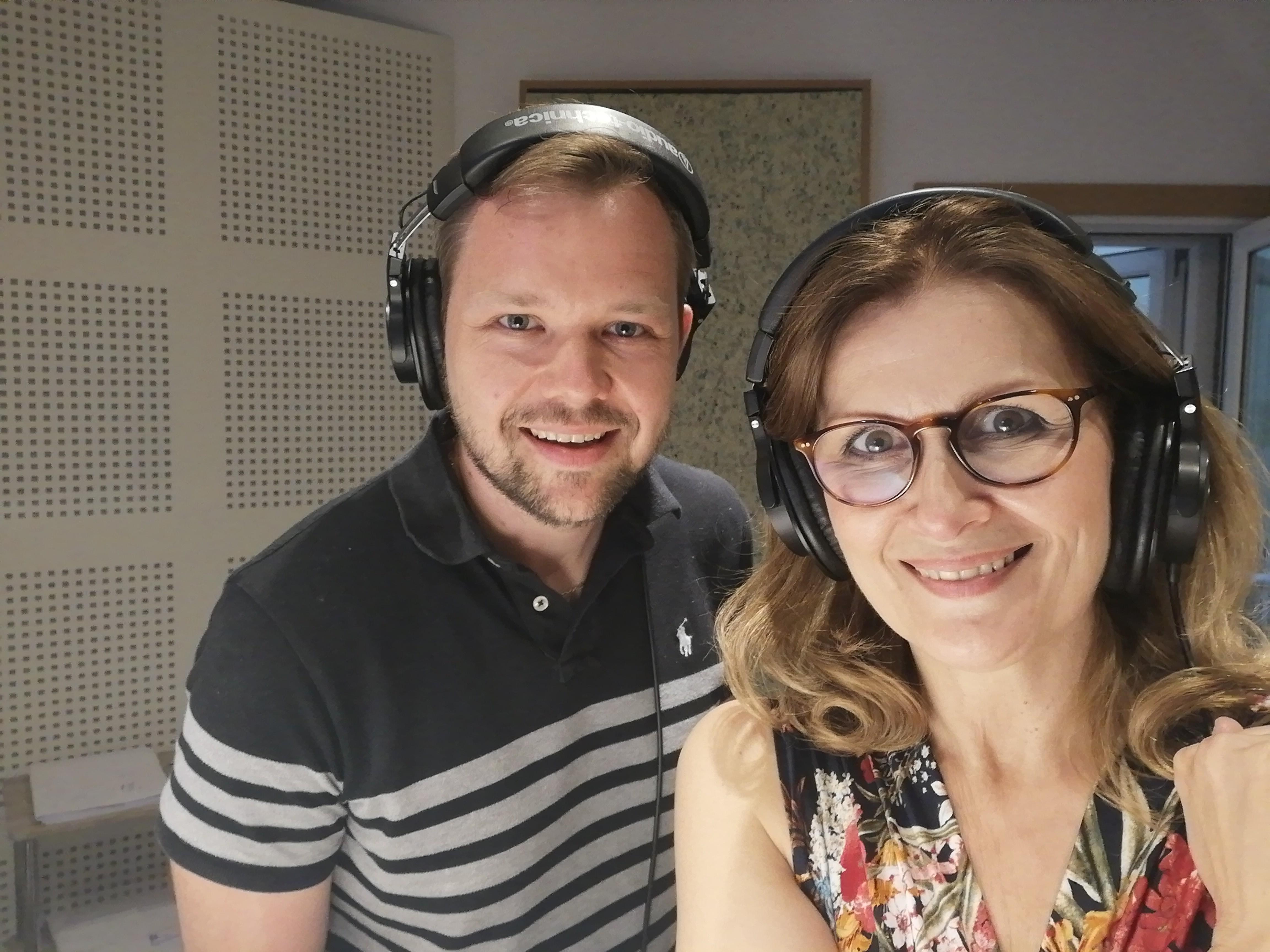 Michal Hallon a Katarína Brychtová počas dabingu seriálu 9-1-1
