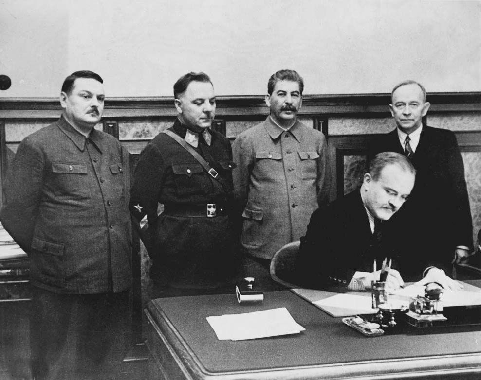 Molotov podpisuje zmluvu s Fínskom o odstúpení sporných území.