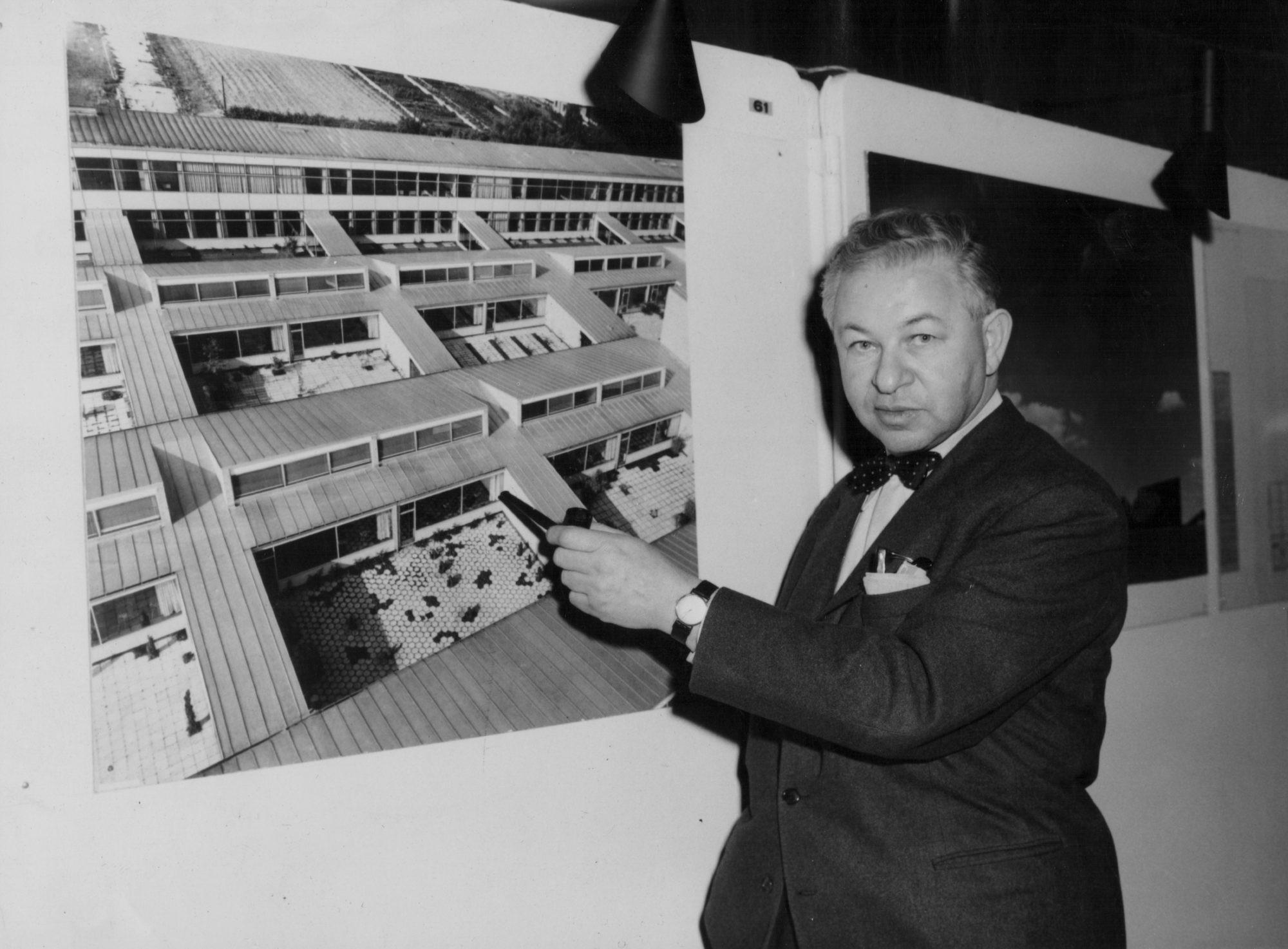 Arne Jacobsen predstavuje jednu zo škôl, ktorú sám navrhol. 1959, Londýn