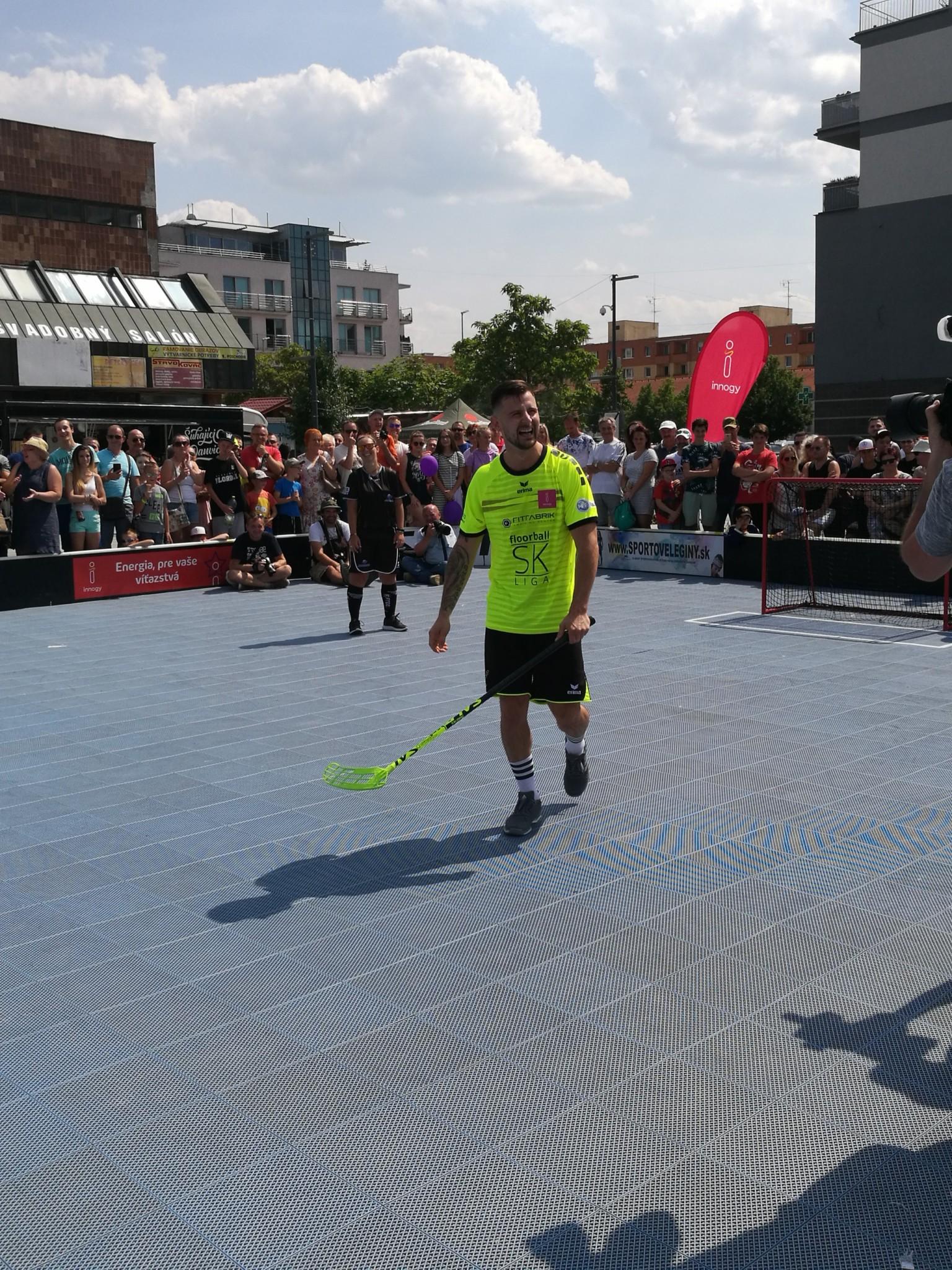 Ambasádor druhého ročníka floorball SK LIGY Tomáš Tatar po samostatnom nájazde na exhibičnom zápase v Dubnici nad Váhom.