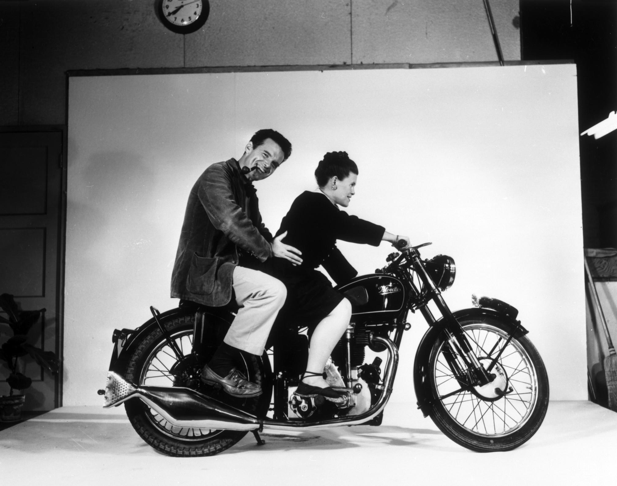 Charles a Ray Eames na motorke Velocette v roku 1948