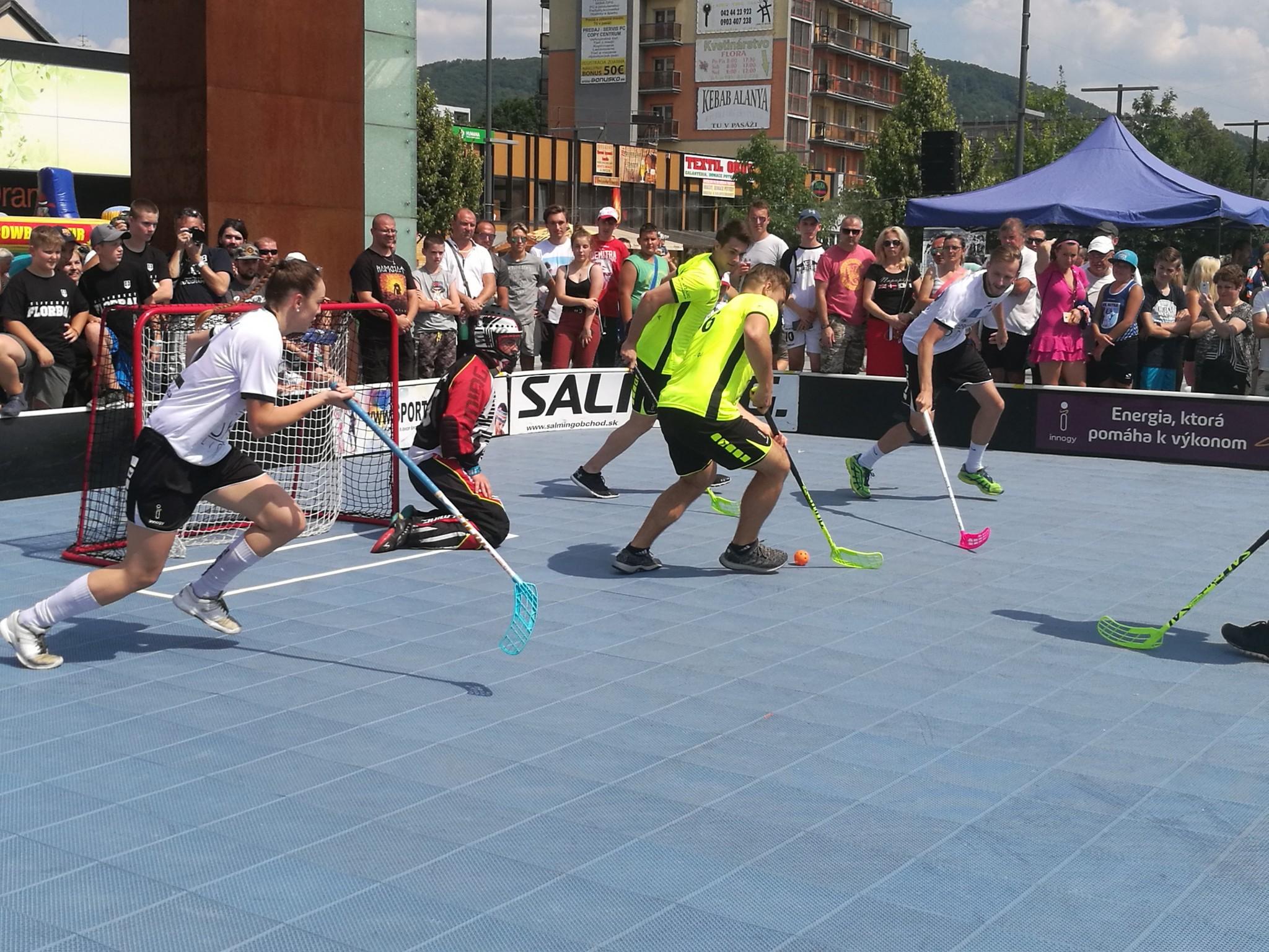 Najväčšie hviezdy hokeja si zmerali sily s florbalovými reprezentantmi na exhibičnom zápase v Dubnici nad Váhom.