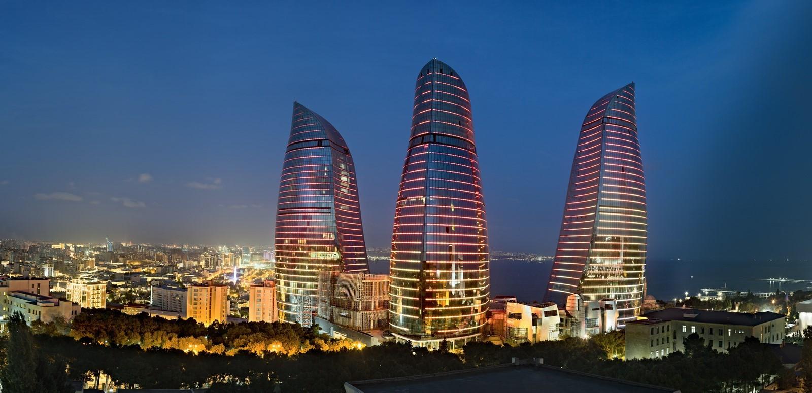 Plamenné veže v Azerbajdžane sú zabezpečené proti prírodným katastrofám.