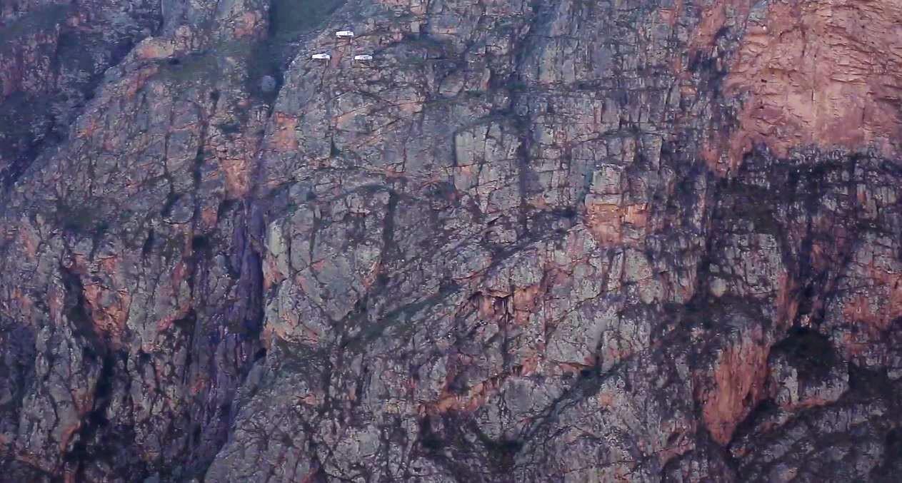V strede naľavo sú vidieť tri svetlé body. Sú to spiace kapsule, kam je potrebné sa dostať.