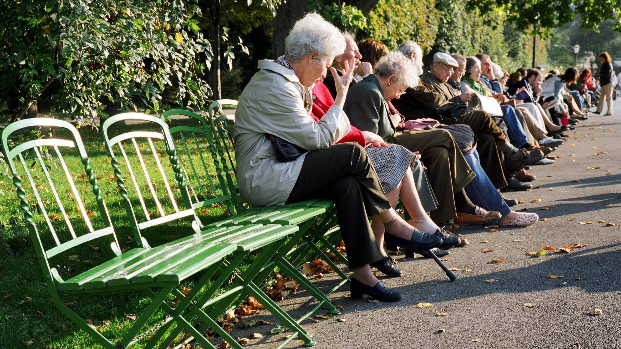 Dôchodcovia sedia na lavičke_jeseň_rozprávajú sa_ilustračné