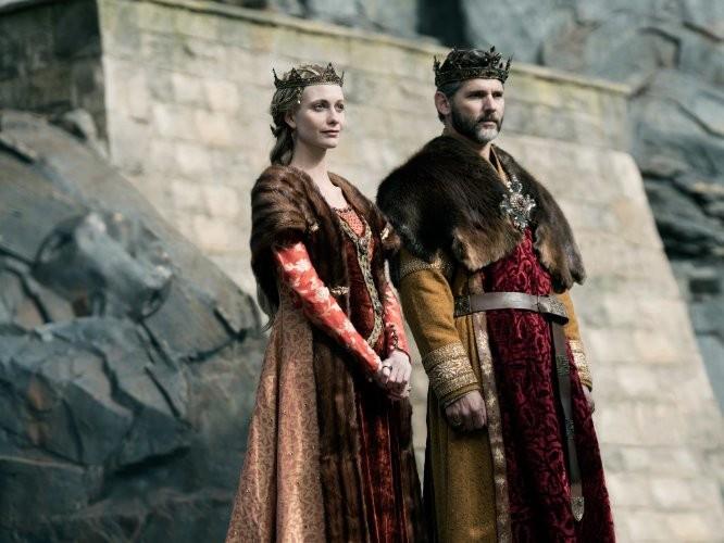 Kráľ Uther Pendragon, ktorého hrá austrálsky herec Eric Bana, spolu so svojou ženou, položia život za Arthura!