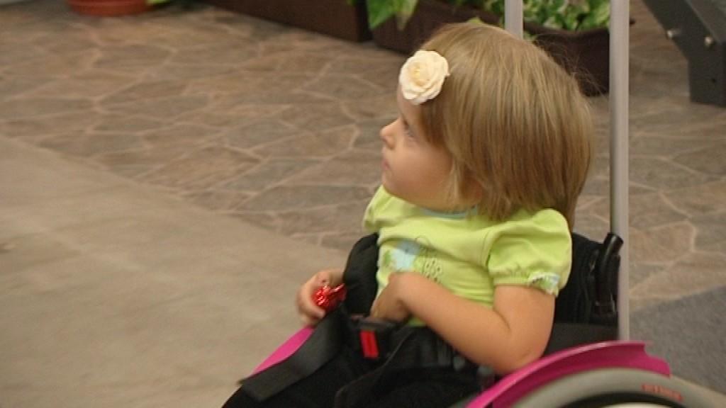 Dievčatko na elektrickom vozíku_ilustračné foto