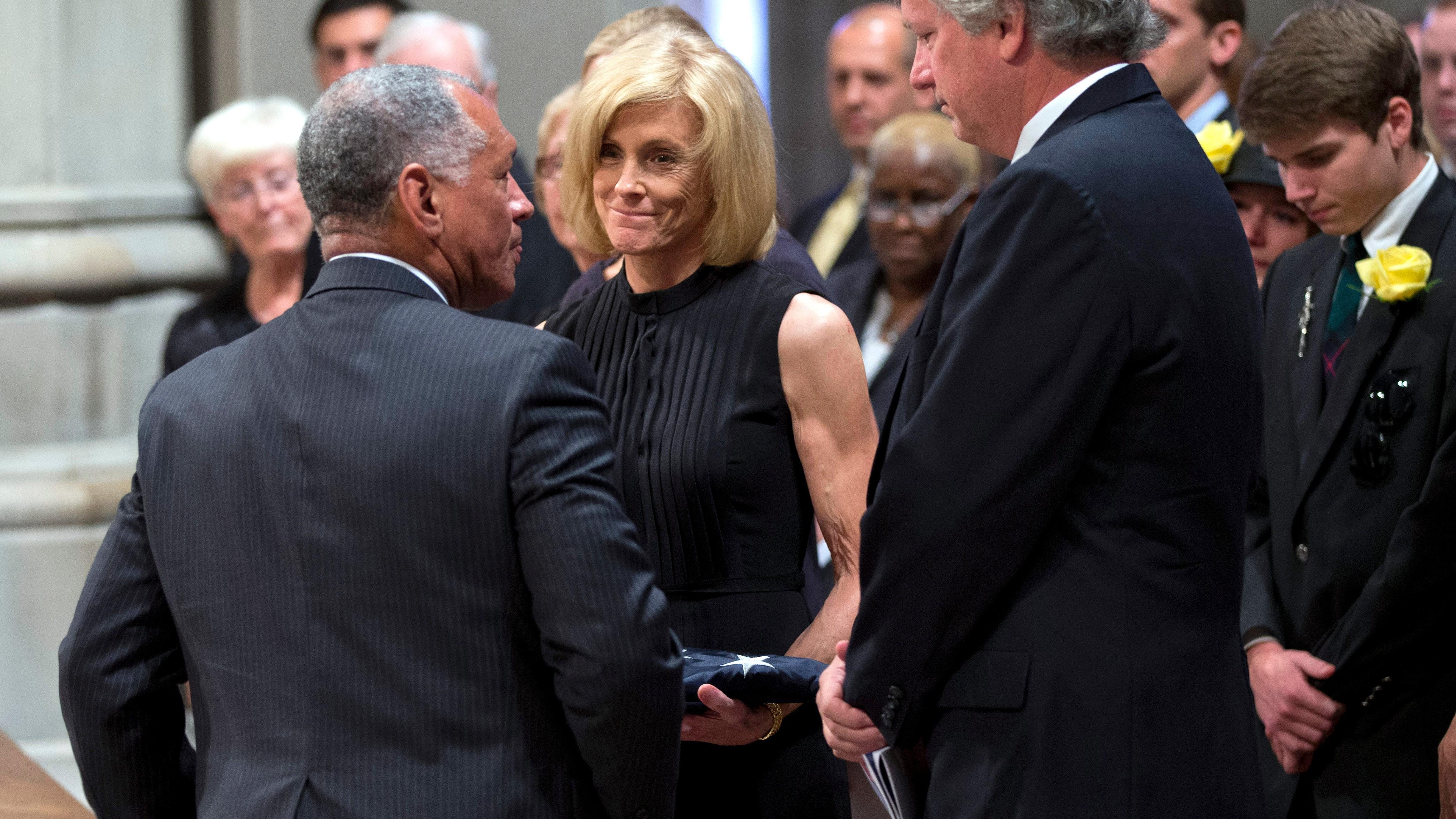 Vdova po Neilovi Armstrongovi na jeho pohrebe,