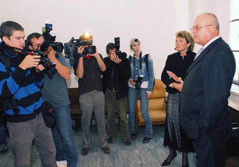 Fotoreportéri pri fotografovaní právnych zástupcovři Jiřího Paroubka Radomíra Šimka a Zuzany Paroubkovej Jaroslavu Žákovu u Obvodného súdu pre Prahu 5.