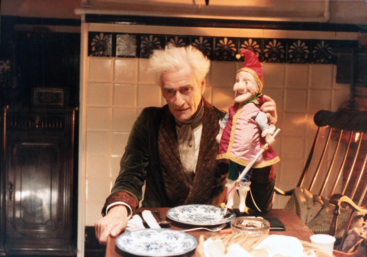 Guy Rolfe vo filme Bábiky (1987)