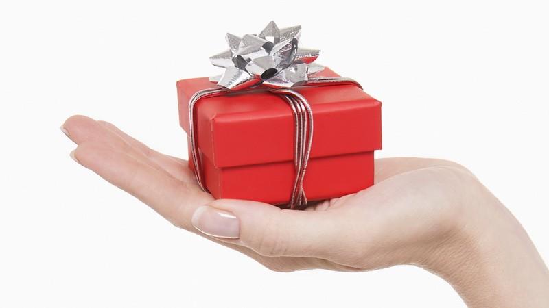 Vianočný darček v ruke_ilustračné foto