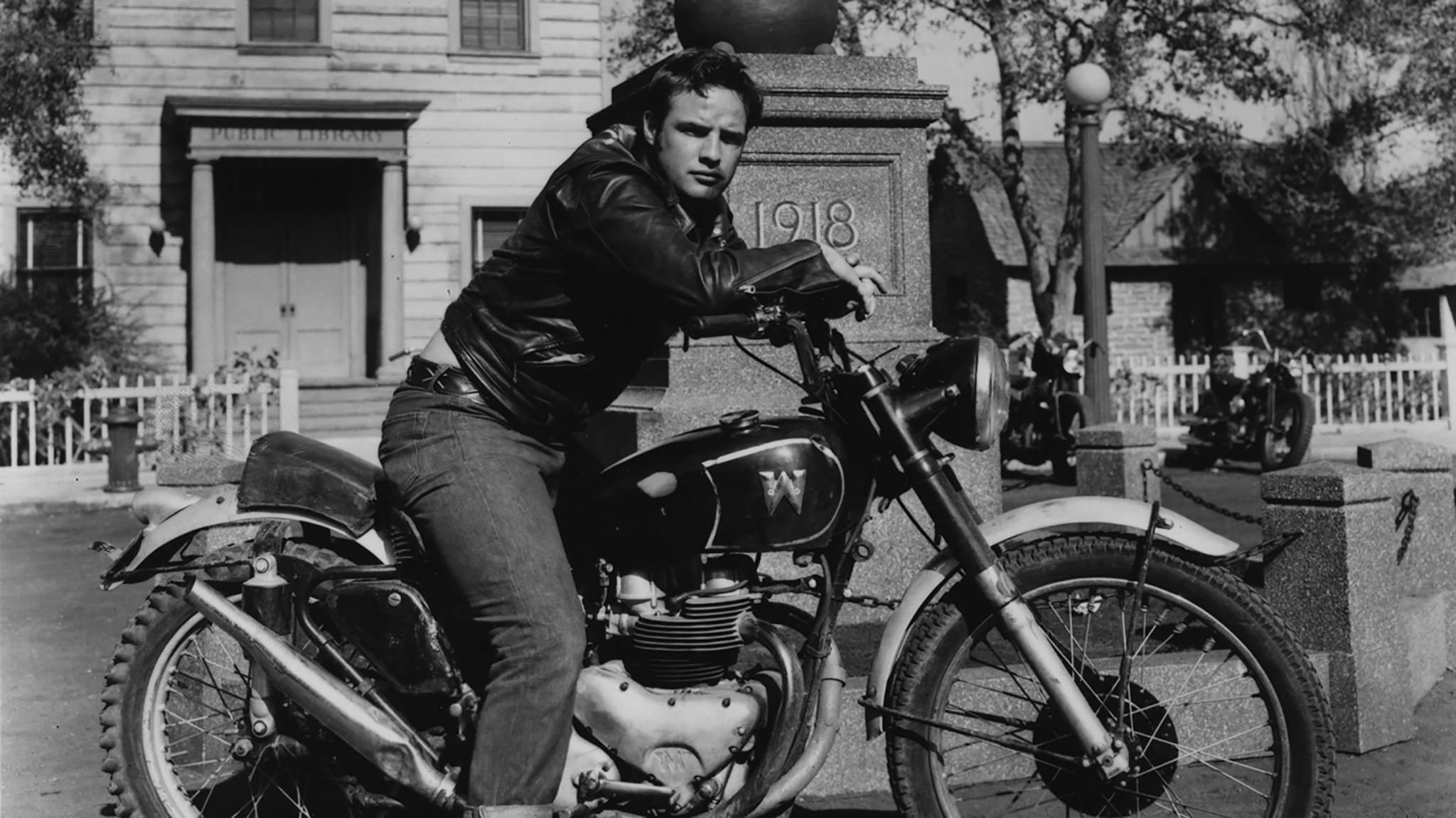 Marlon Brando, čiže Johnny Strabler vv čiernej koženej bunde The Schott One Star Perfecto vo filme The Wild One