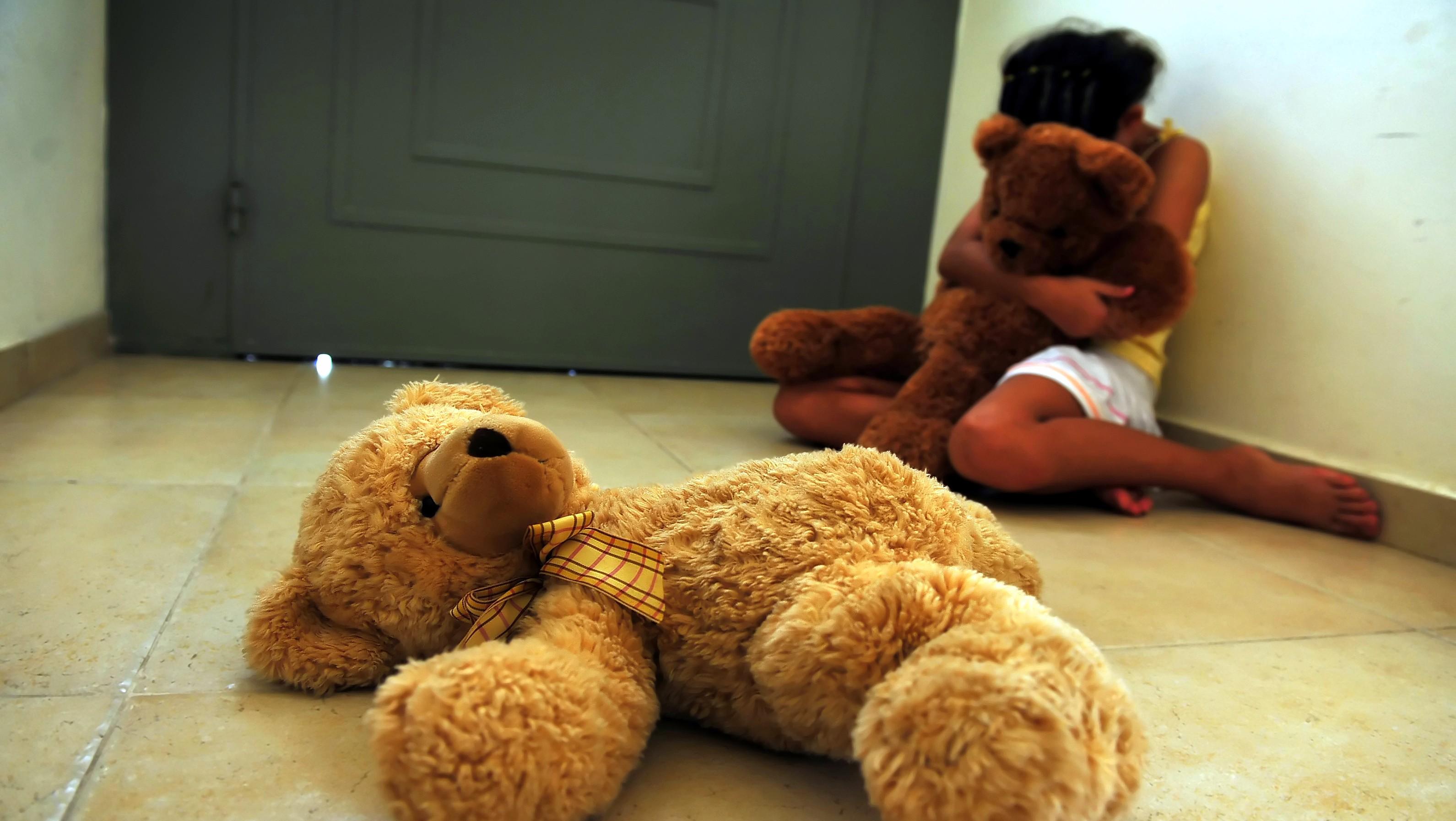 Sex_zneužívanie_dievčatko_detský domov_macko v ruke a na zemi