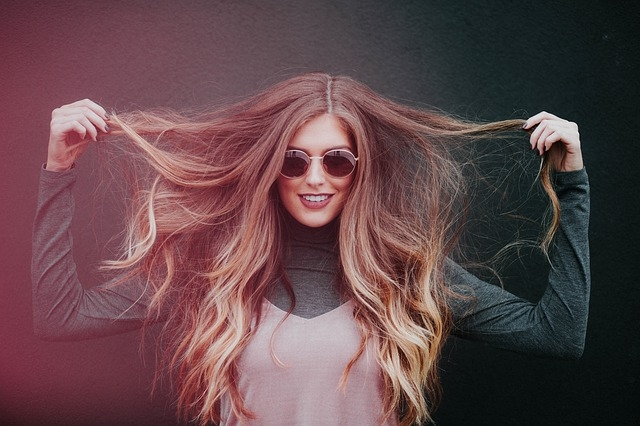 zena vlasy