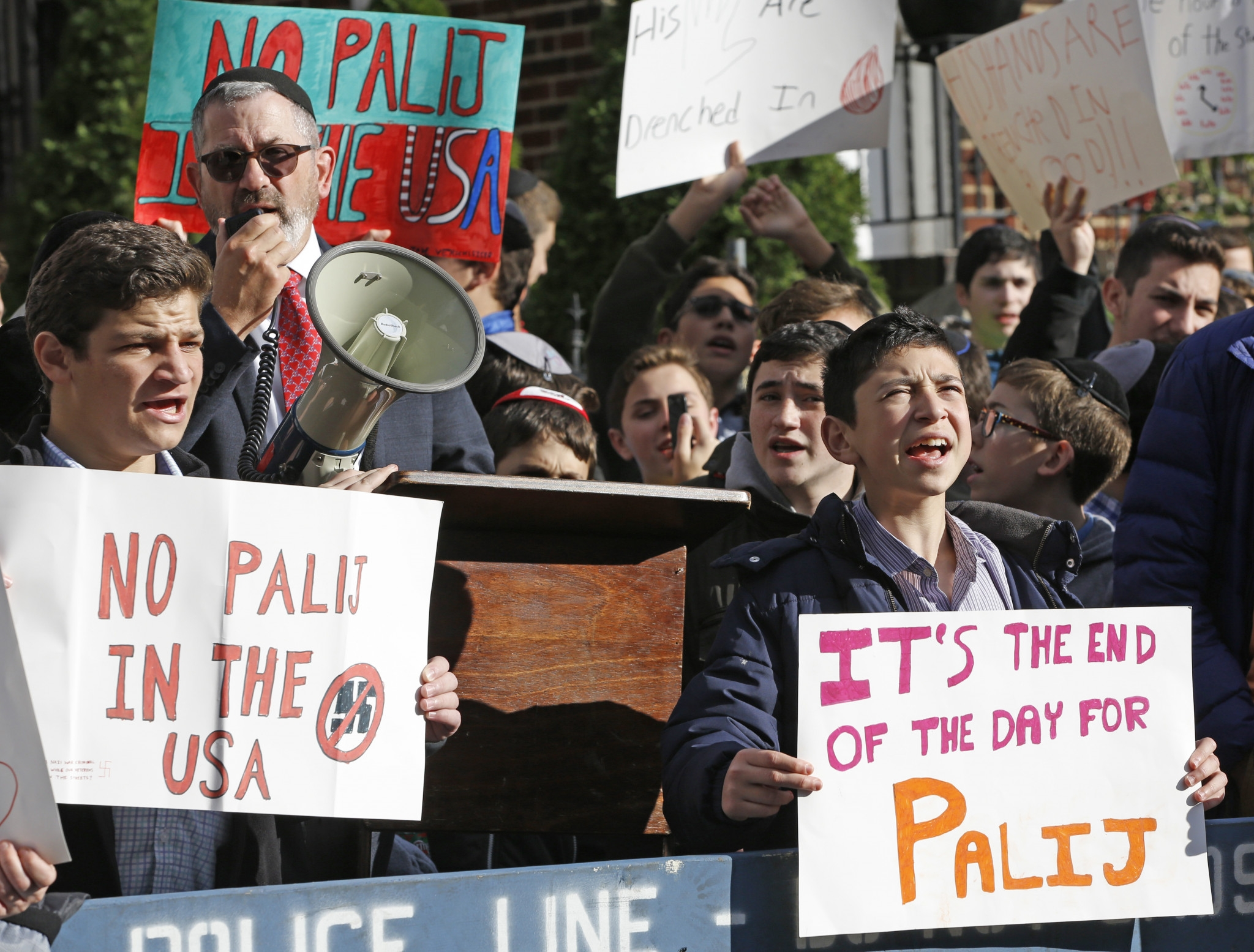 Demonštranti pred domom bývalého nacistického dozorcu Jakiwa Palija