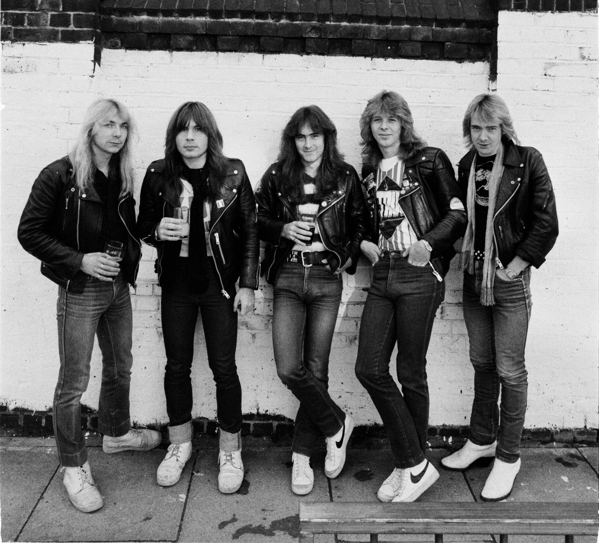 Členovia skupiny Iron Maiden v motorkárskych bundách v roku 1982 v Londýne
