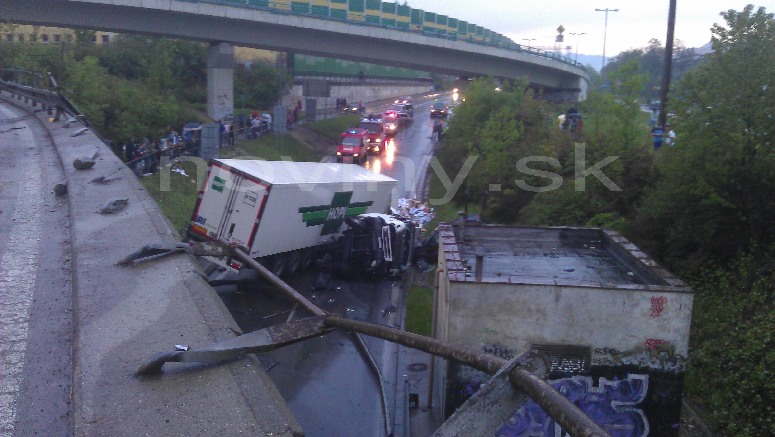 Žilina_nehoda_križovatka_kamión spadol na auto