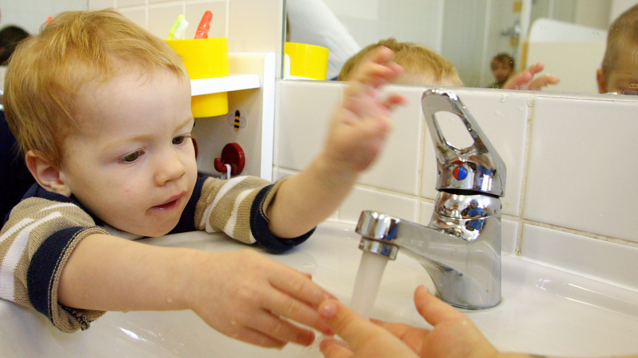 pitná voda_chlapček_umýva si ruky_tečie voda z vodovodu