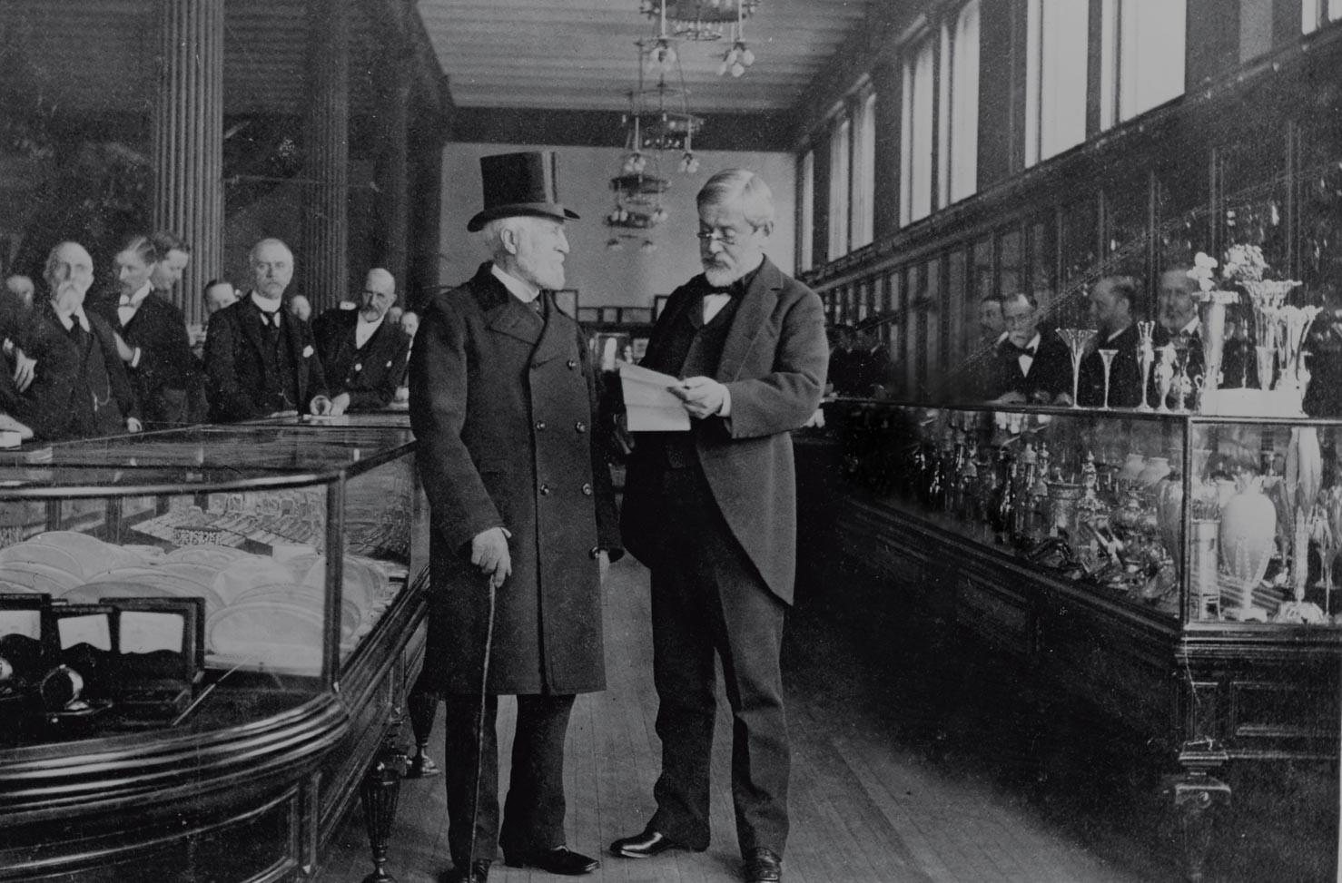 Charles Lewis Tiffany (vľavo), zakladateľ spoločnosti Tiffany and Co., ktorý tiež naletel podvodníkom.