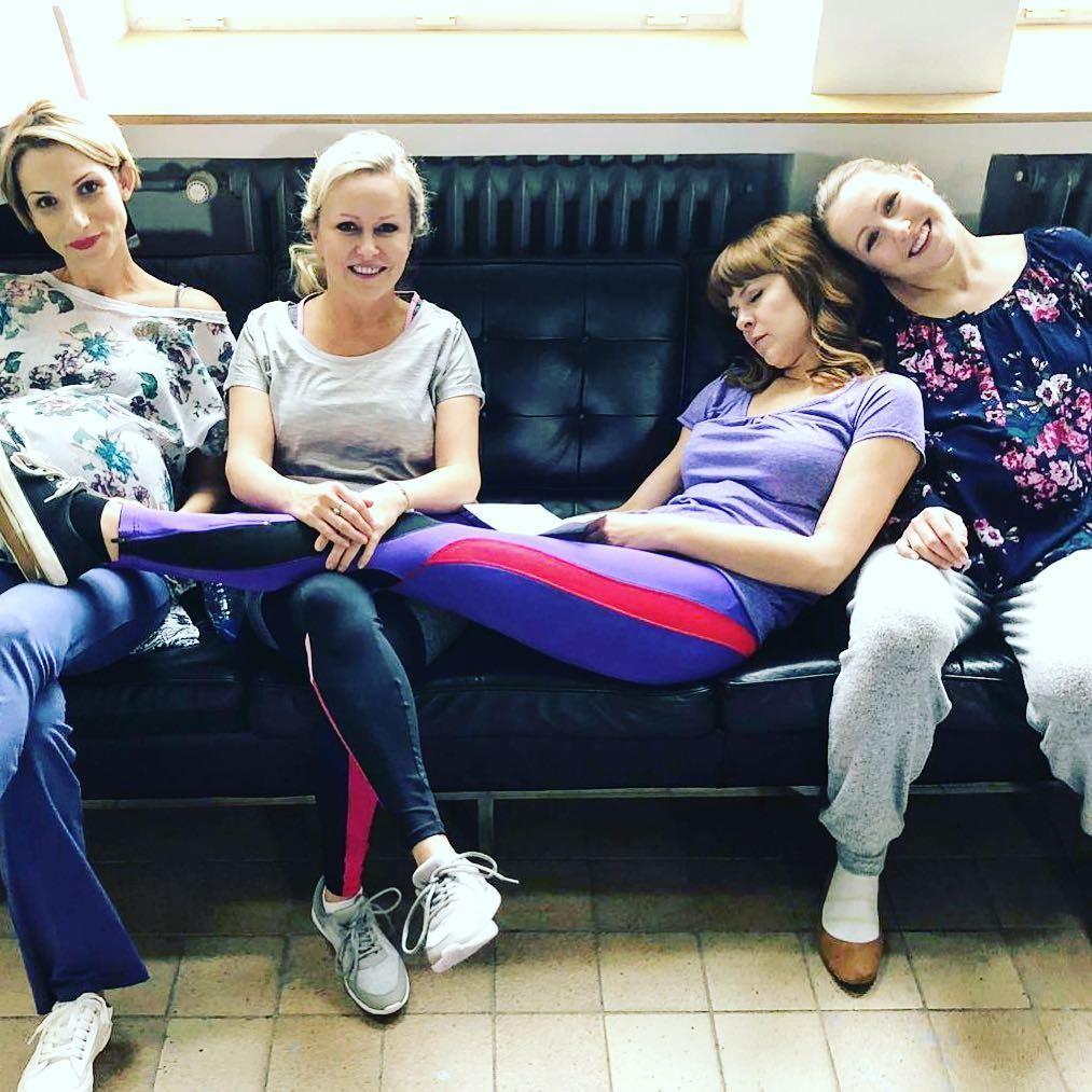 Michaela Čobejová s hereckými kolegyňami na nakrúcaní seriálu Som mama
