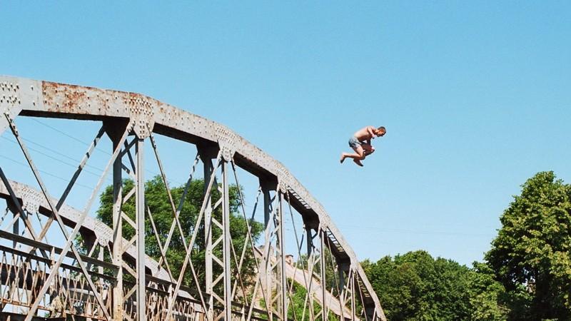 Chlapec na moste, ilustračné foto