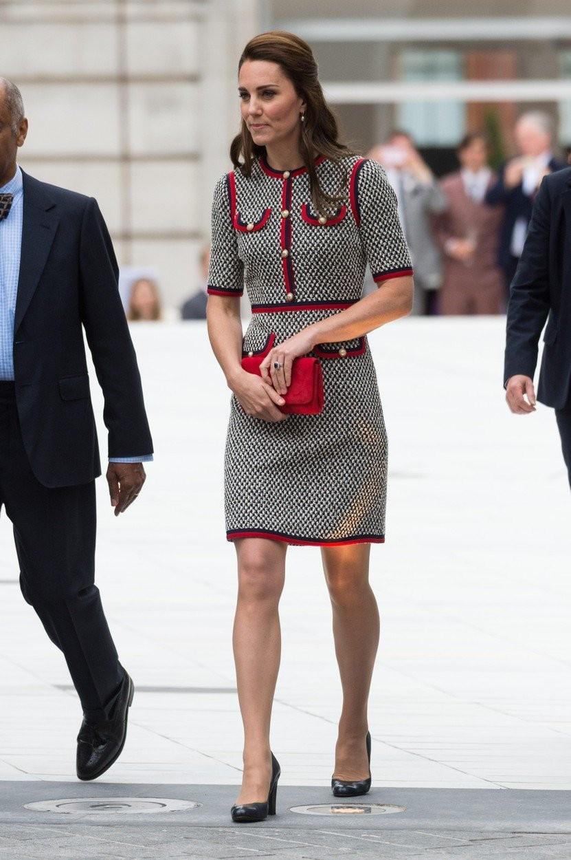 Strihovo úplne jednoduché puzdrové šaty ozvláštnila vzorka a farebné lemovanie.