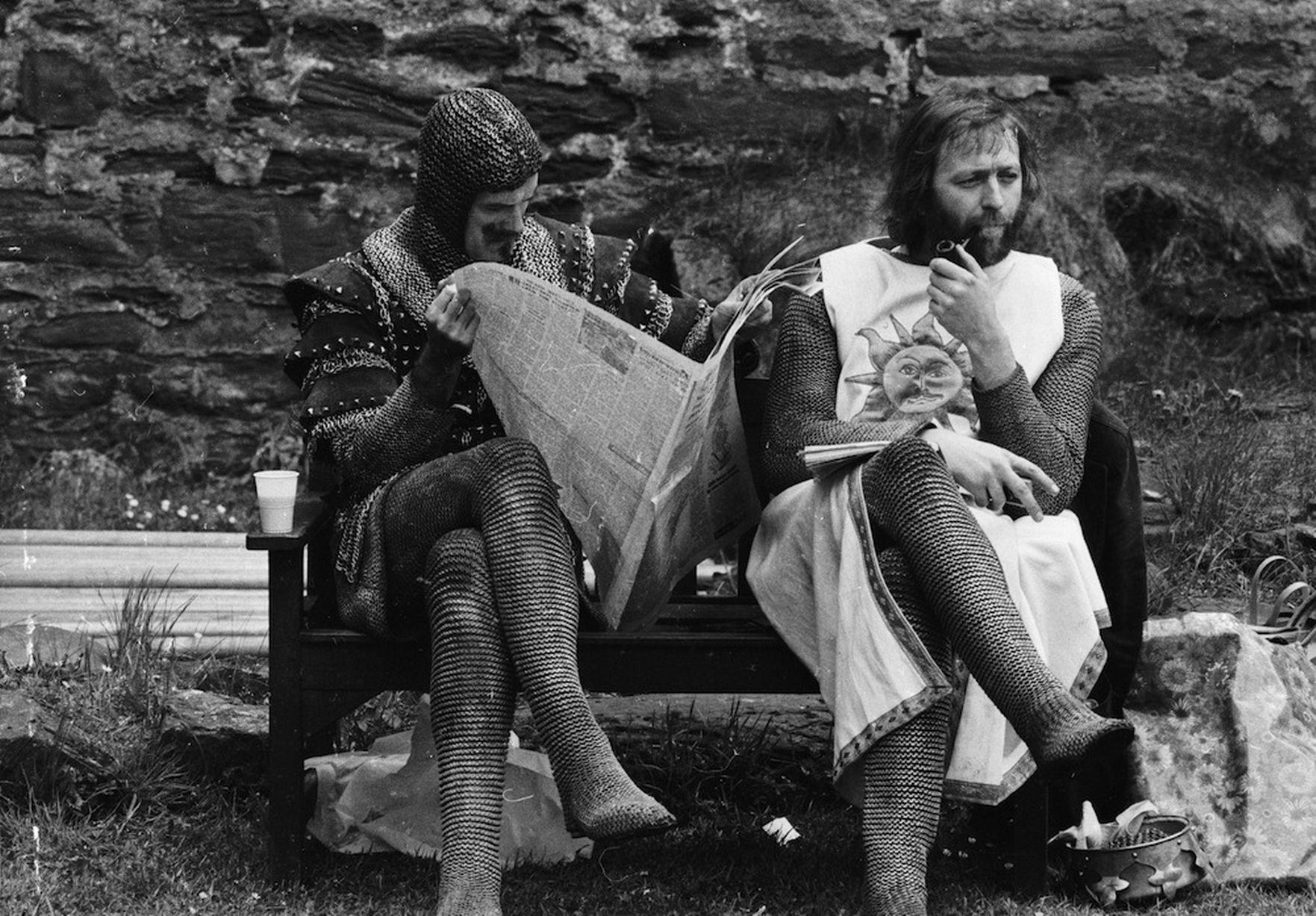 John Cleese a Graham Chapman pri nakrúcaní Svätého Grálu.