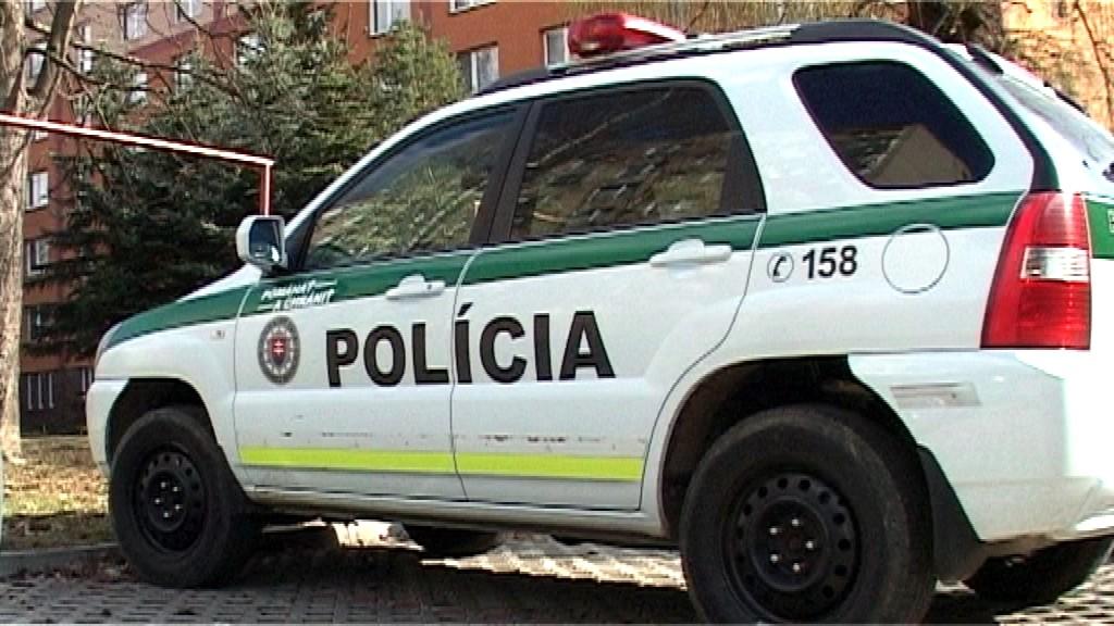 Policajné auto_pred bytovkou_vražda_brutálny prípad