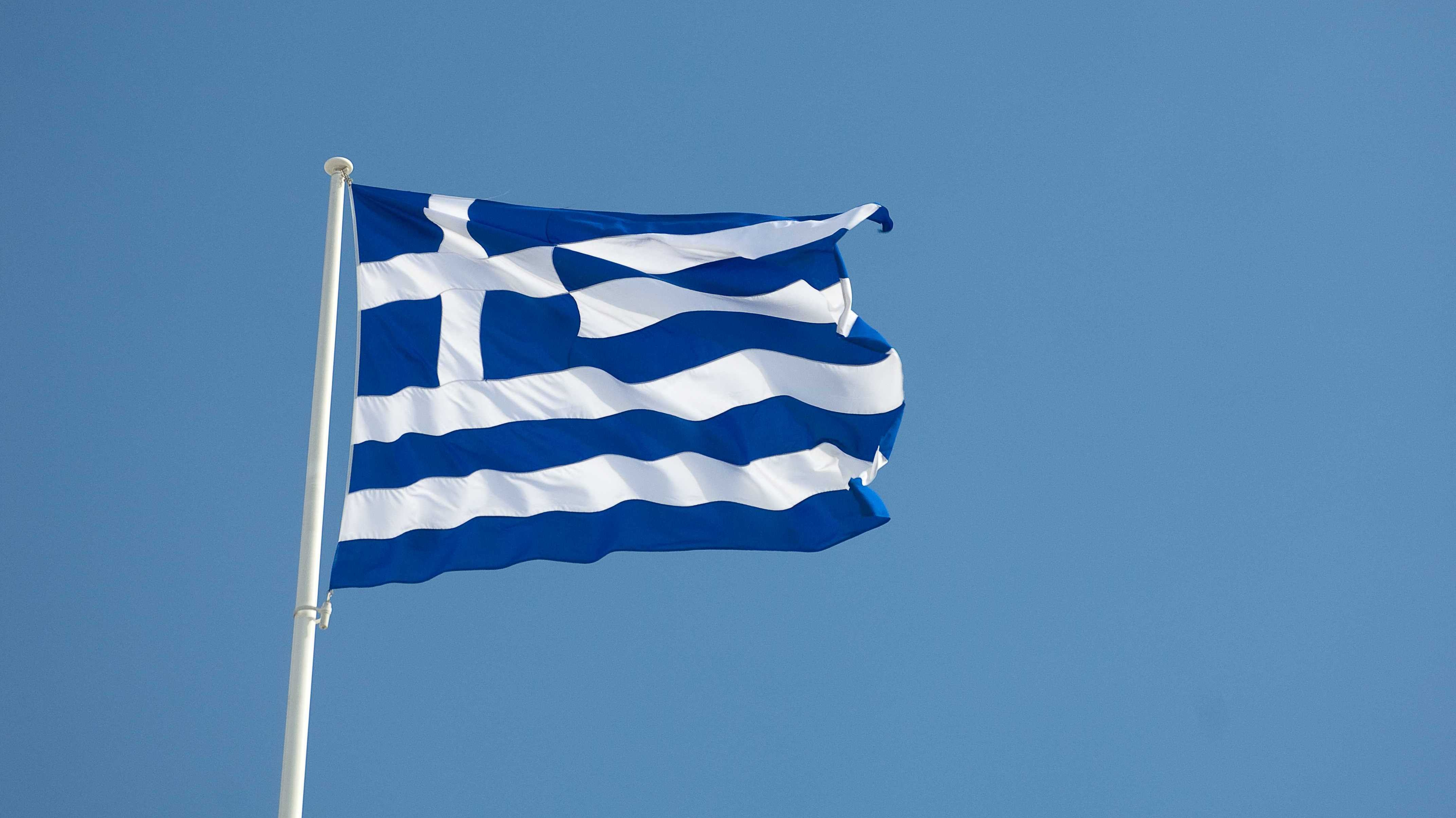Grécko_vlajka_modrá obloha_ilustračné foto