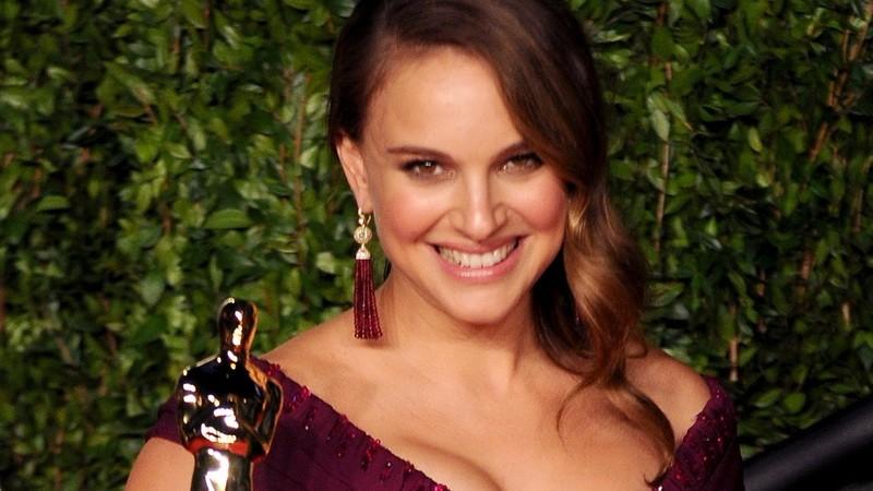 Natalie Portman vo fialových šatách, Oscar v ruke